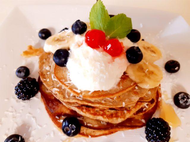 Pancakes de avena y banana con frutos silvestres