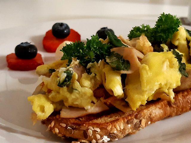Tostada con huevos revueltos, jamón y queso