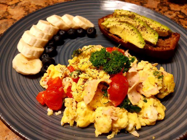 Huevos revueltos con pimentón, tomate, jamón y perejil