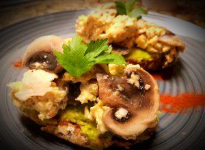 Tostadas con aguacate y huevos con vegetales